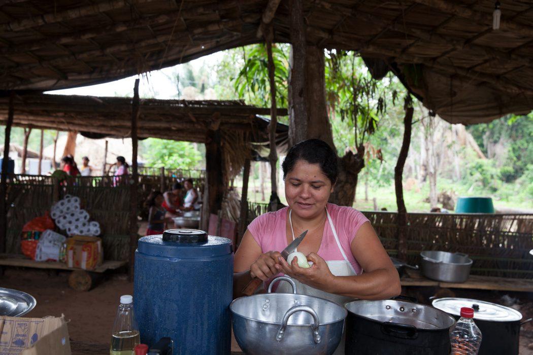 Agricultora preparando almoço durante encontro de agroecologia. Foto:Edson Prudencio/APA-TO