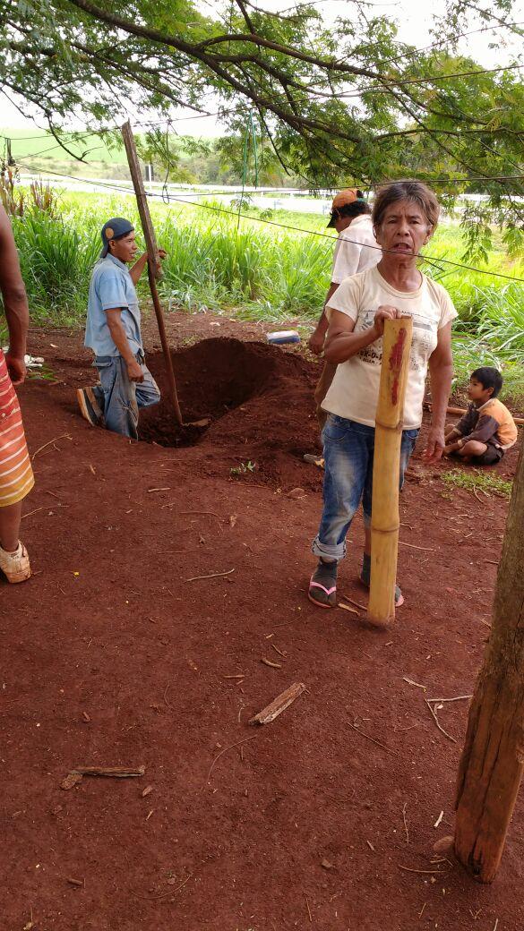 Cleusa Benites, uma das resistentes Guarani Kaiowá despejadas do Apyka'i no ano passado, é enterrada à beira da BR-463. Foto: Lídia Farias/Cimi MS