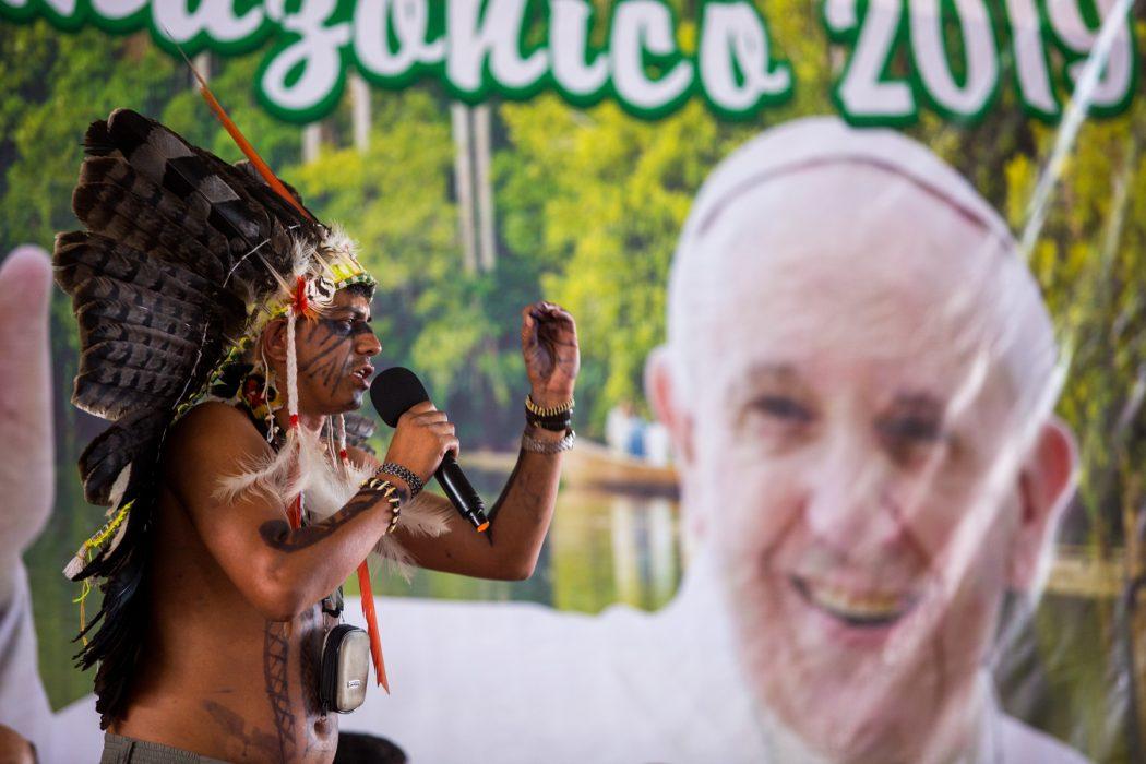 Angelton Arara, do Mato Grosso, participa da assembleia da Repam em Puerto Maldonado, no Peru, um dia antes do encontro com o Papa. Foto: Tiago Miotto/Cimi