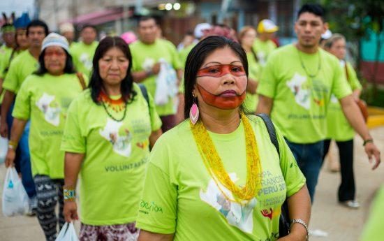 Indígenas do Brasil a caminho do Coliseo Madre de Dios para encontro com o Papa Francisco, em Puerto Maldonado, Peru. Foto: Tiago Miotto/Cimi