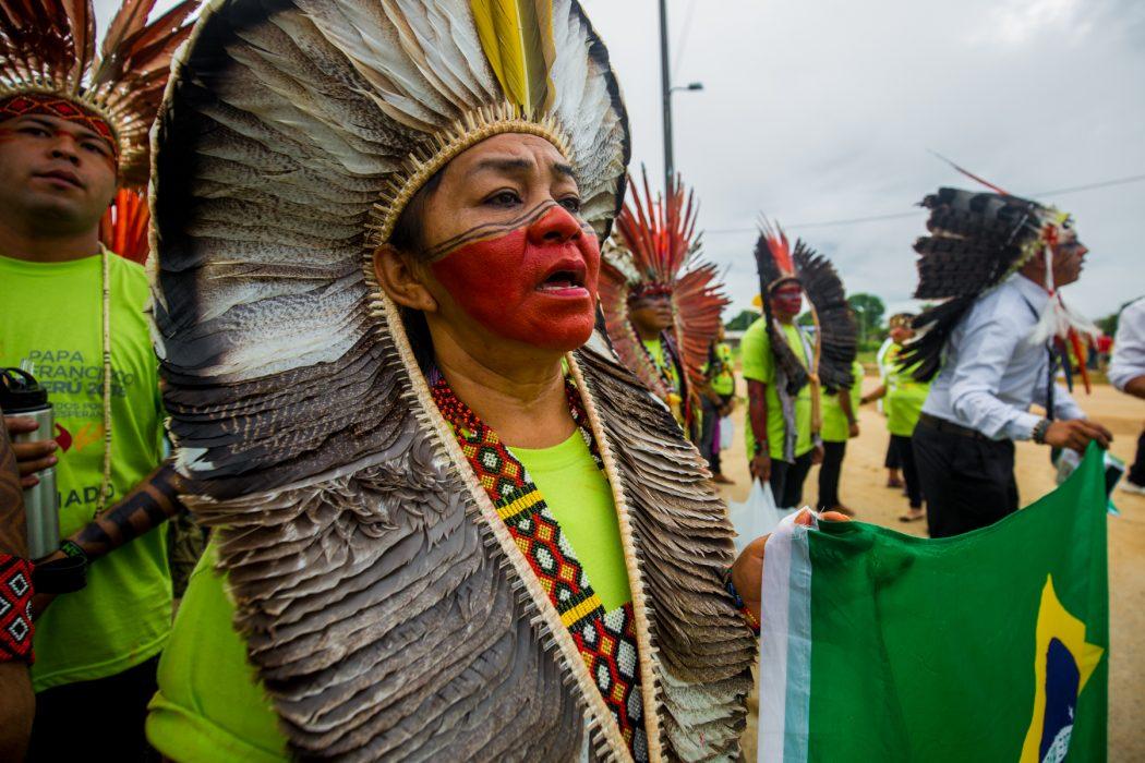 Povos indígenas do Brasil a caminho do Coliseu Madre de Dios, onde participaram de encontro com Papa. Na foto, Letícia Yawanawa, do Acre, segura bandeira do Brasil. Foto: Tiago Miotto/Cimi
