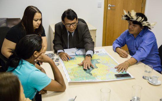 Mapa com registro de invasões na TI Karipuna foi apresentado ao presidente da Funai, Franklimberg Ribeiro. Foto: Guilherme Cavalli/Cimi
