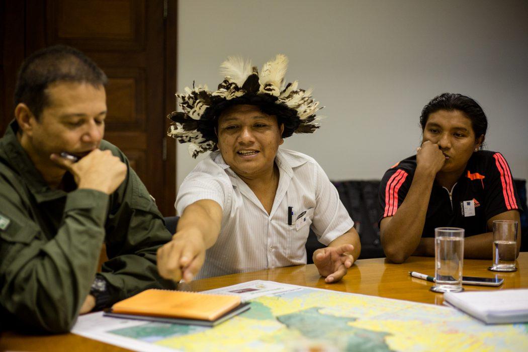 Em Brasília, Adriano Karipuna mostra no mapa as invasões sobre a TI Karipuna. Ele e André Karipuna (à direita) denunciaram às autoridades públicas a grave situação em seu território. Foto: Tiago Miotto/Cimi