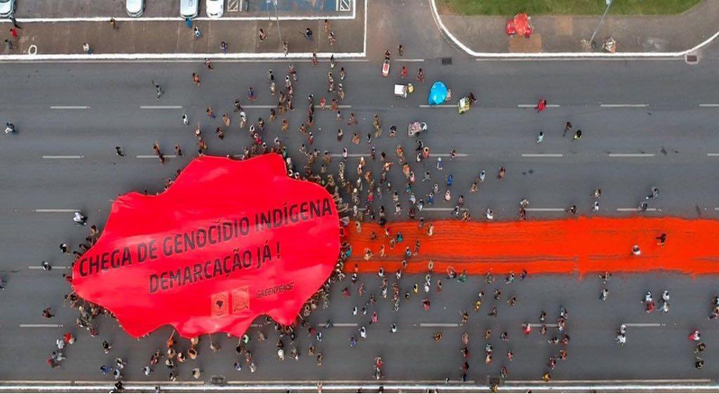 Indígenas exigem 'Demarcação Já' em ato histórico na Esplanada dos Ministérios