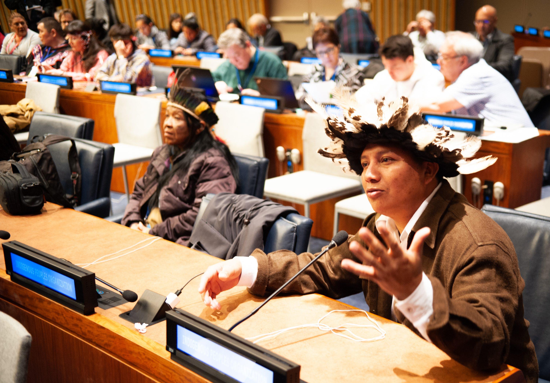 Adriano Karipuna e Leila Guarani e Kaiowá durante sessão do Fórum Permanente. Foto: Luiz Roberto Lima