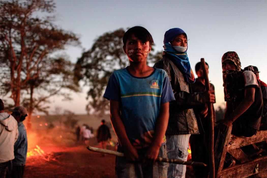 Indígenas reunidos logo após o massacre de Caarapó, no mesmo local em que estão previstos os despejos desta segunda. Foto: Ruy Sposati/Cimi