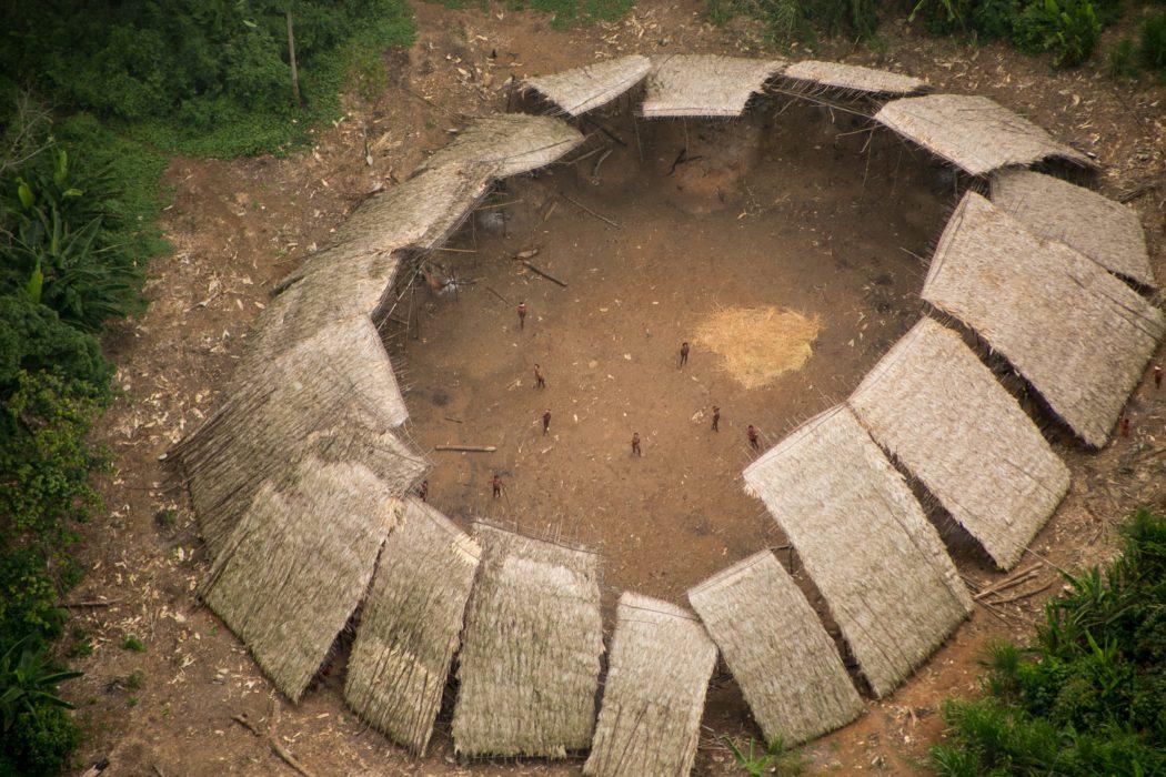 Maloca de indígenas em isolamento voluntário na Terra Indígena Yanomami. Foto: Funai