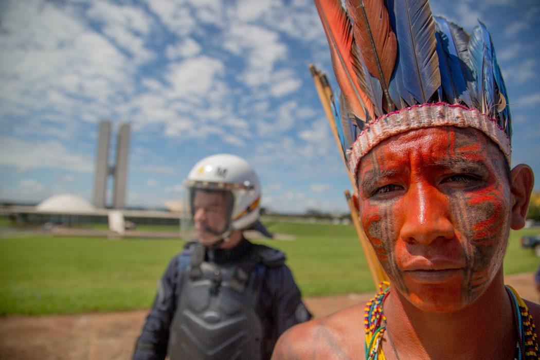 Indígena em frente ao Congresso Nacional durante o ATL 2018. Foto: Guilherme Cavalli/Cimi