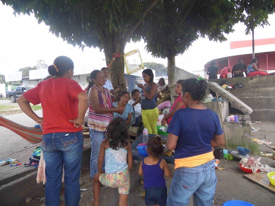 Mulheres Warao em Pacaraima (RR). Foto: Elaine Moreira