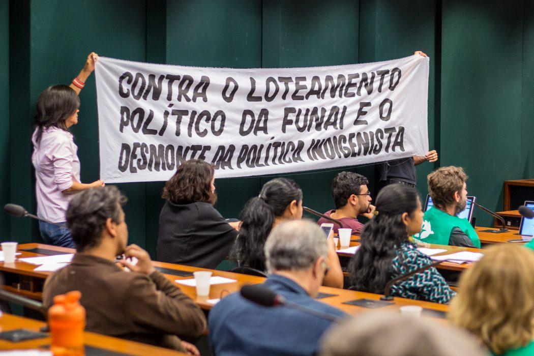 Servidores da Funai estenderam faixa durante audiência pública na Câmara dos Deputados. Foto: Tiago Miotto/Cimi