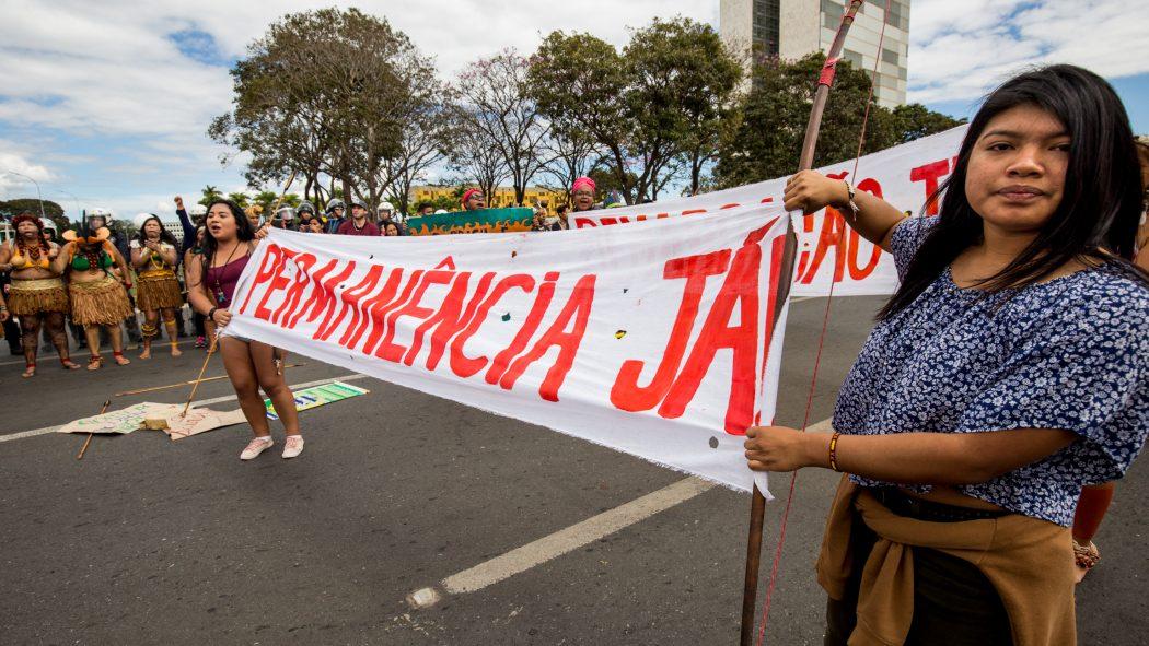 Estudantes indígenas e quilombolas fazem ato em frente ao Palácio do Planalto em Brasília. Foto: Tiago Miotto/Cimi