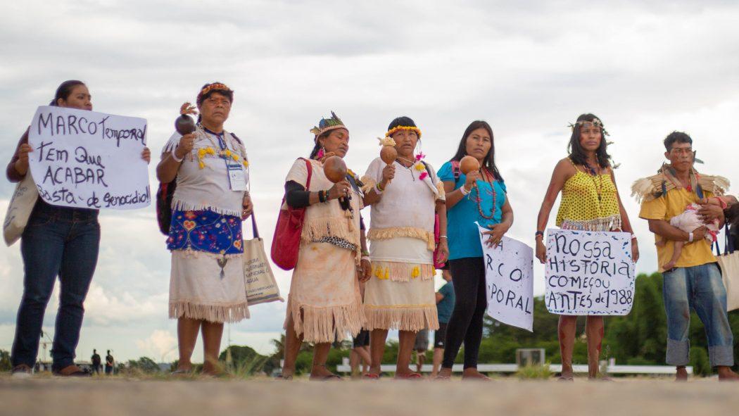 Mulheres Guarani e Kaiowá protestam em frente ao STF. Foto: Guilherme Cavalli/Cimi