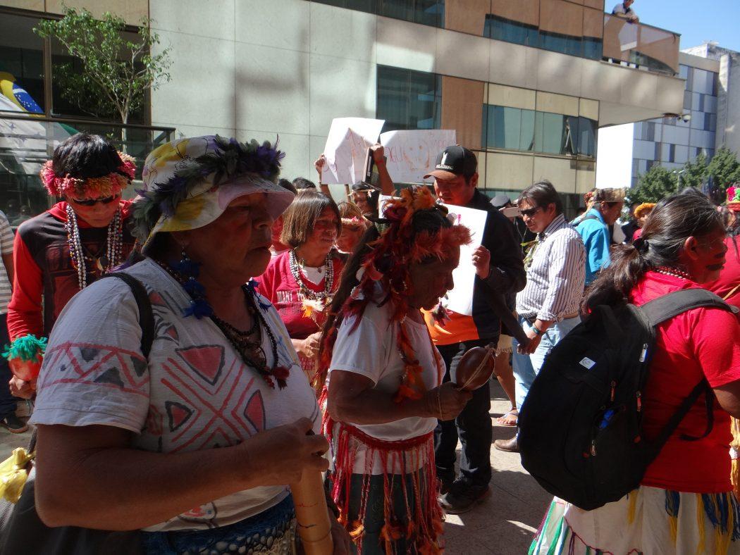 Indígenas manifestaram-se na AGU, onde protocolaram documento pedindo revogação do Parecer 001/2017. Foto: Egon Heck/Cimi