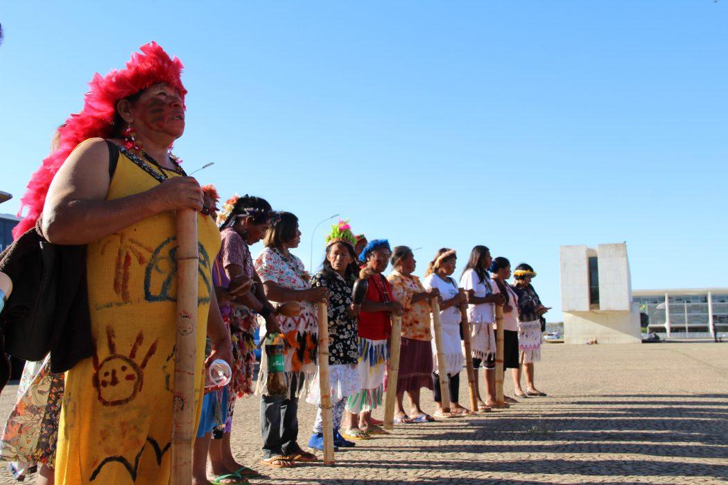 Guarani e Kaiowá rezam em frente ao STF. Foto: Michelle Calazans/Cimi