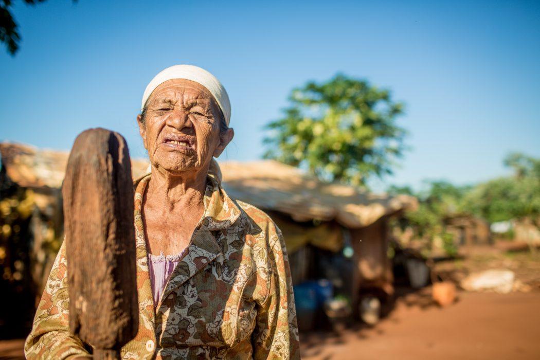 Dona Miguela, anciã do Guyraroka e esposa do seu Tito, lembra-se do tempo em que não havia estradas e os Kaiowá circulavam livremente pela região. Foto: Ruy Sposati/Cimi