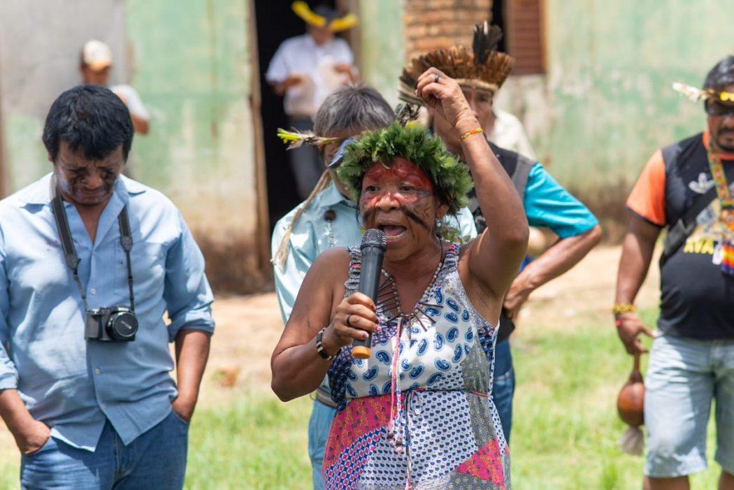 Leila Rocha Guarani Nhandeva fala durante visita da CIDH À reserva Tey'i Kue, em Caarapó (MS). Foto: CIDH/divulgação