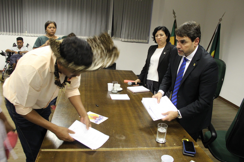 Presidente da Funai recebe documentação do povo Kinikinau. Foto: Michelle Calazans, Ascom Cimi