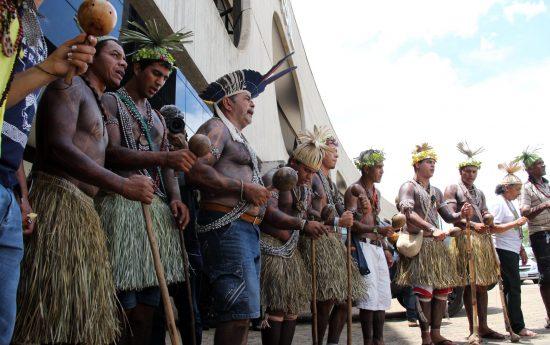 Ritual Xukuru de Ororubá durante ato no CCBB, sede da equipe de transição do governo Bolsonaro. Foto: Michelle Calazans/Cimi