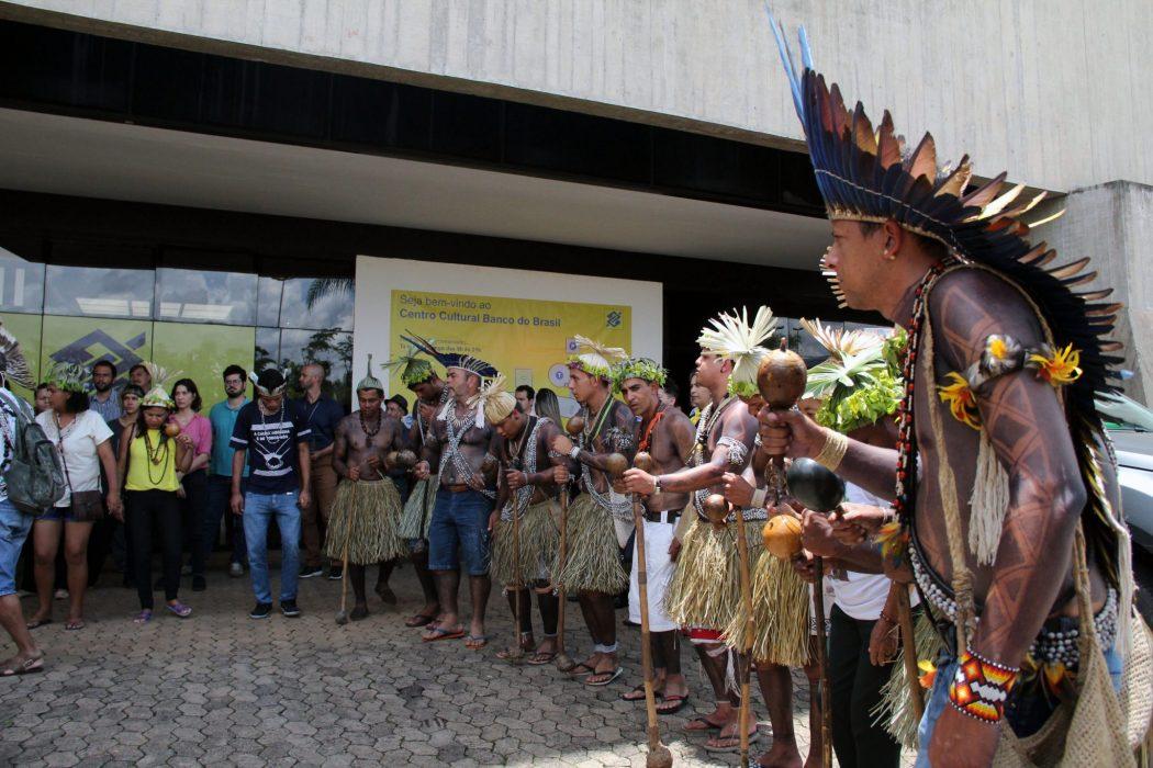 Com ato no CCBB, sede da equipe de transição do governo Bolsonaro, Apib entregou documento com reivindicações. Foto: Michelle Calazans/Cimi