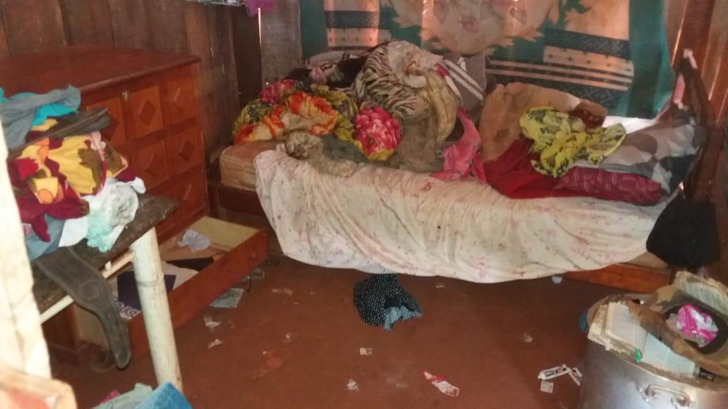 Segundo indígenas, móveis, roupas e documentos foram espalhados pela casa de Leonardo e sua família foi ameaçada. Foto: comunidade Guarani Kaiowá