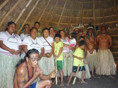Integrantes da aldeia Tekoá Porã, nas proximidades de Itaporanga. Foto por aldeiatekoaporaitaporanga.blogspot.com