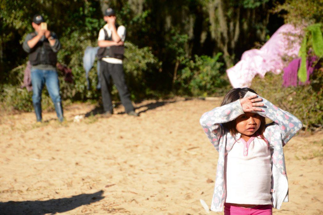 Seguranças de empreendimento privado acompanham de perto visita de apoiadores a indígenas na Ponta do Arado. Foto: Douglas Freitas/Amigos da Terra Brasil