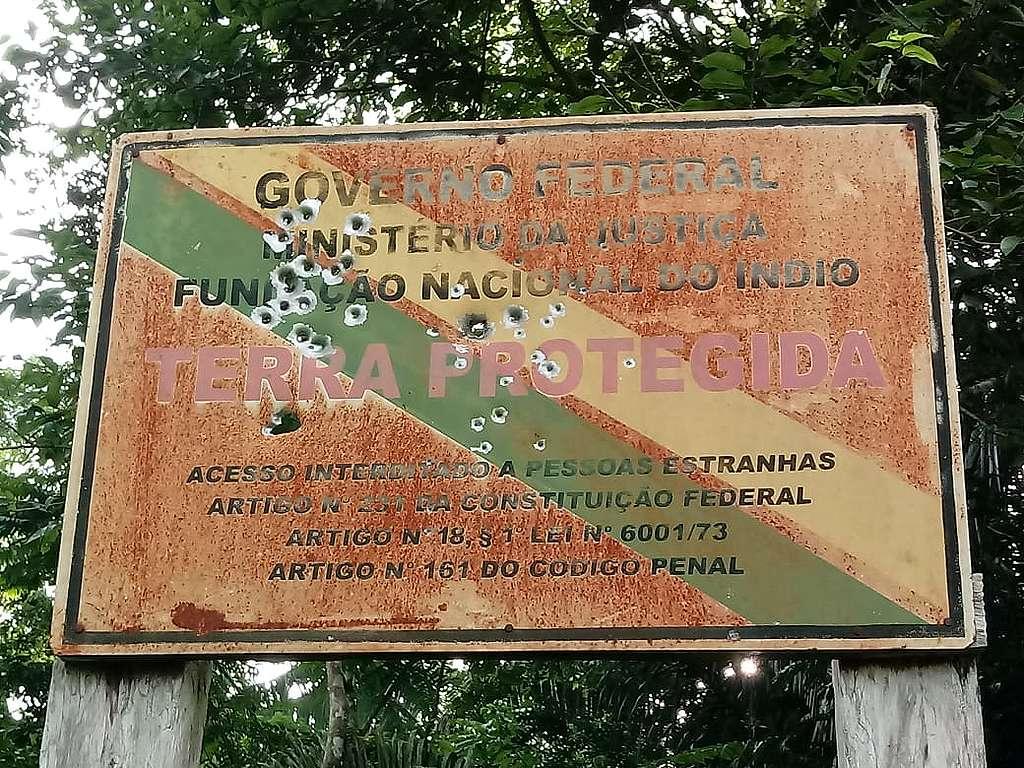 Próximo à aldeia 623, lideranças da TI Uru-Eu-Wau-Wau encontraram uma das placas identificação do território danificadas por tiros. Para os indígenas, é um recado dos invasores. Foto: povo Uru-Eu-Wau-Wau