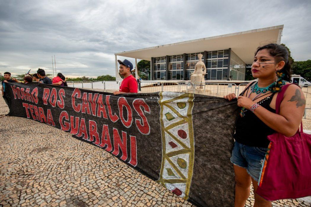 Guarani da TI Morro dos Cavalos manifestaram-se em frente ao STF, em luta pelo direito de serem ouvidos no processo que discute a demarcação de sua terra. Foto: Tiago Miotto/Cimi