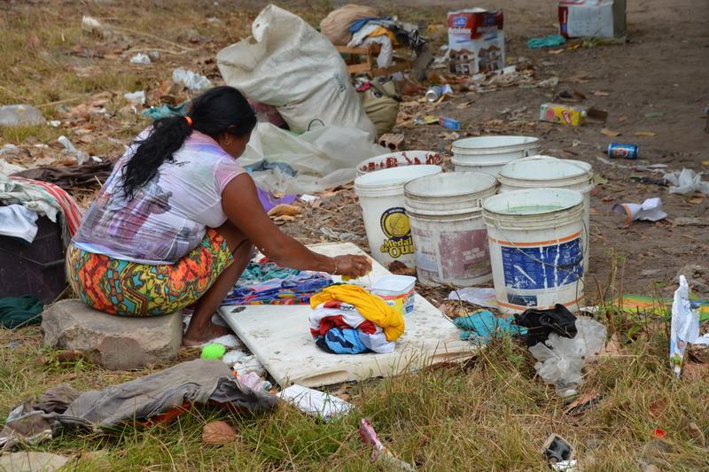 Mulher warao lava roupa em abrigo improvisado em um terreno baldio em Boa Vista. Foto por Jaime C. Patias