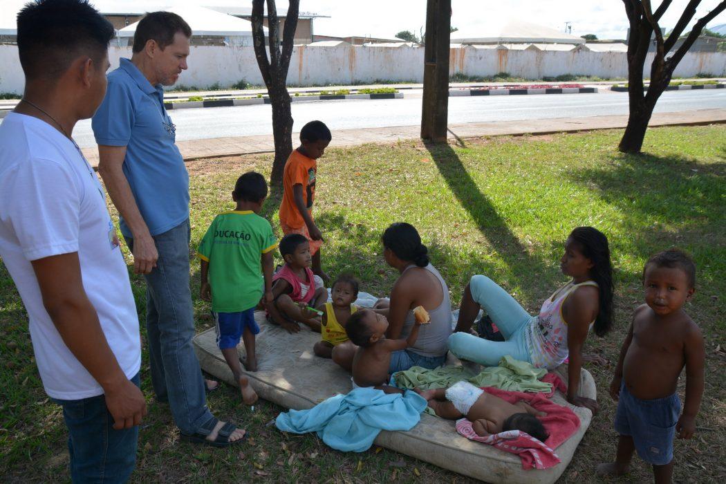 Mães warao com crianças conversam com P. Luiz C. Emer no Parque ao lado do Abrigo Pintolândia em Boa Vista RR. Foto por Jaime C. Patias