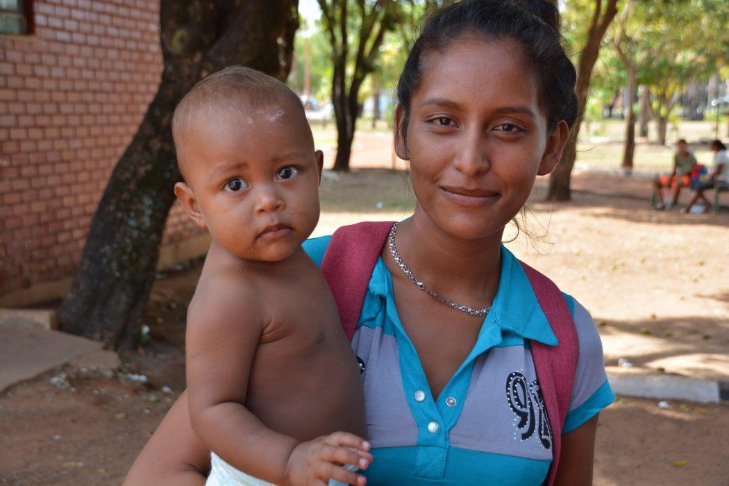 Erika Carolina Gonzalez com o o filho Erikrily Brito. Foto por Jaime C. Patias