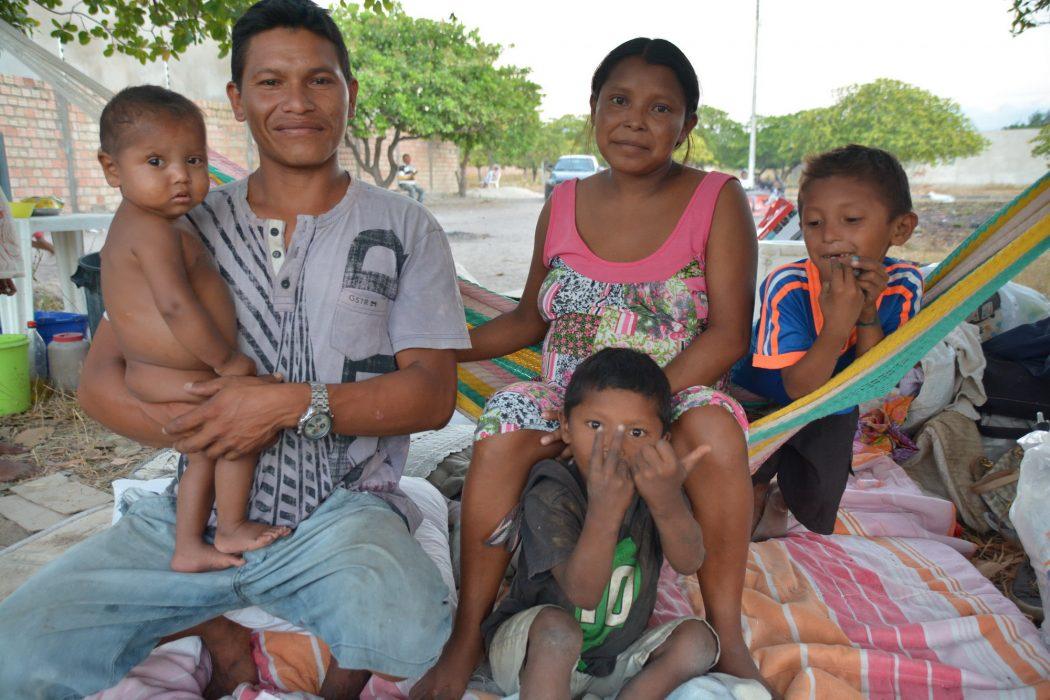 Chila com seu esposo Elvis e as crianças acampados em terreno baldio no bairro Pintolândia em Boa Vista. Foto por Jaime C. Patias