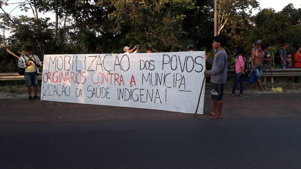 Mobilização dos Avá-Guarani contra a municipalização da saúde indígena na Ponte Ayrton Senna, no Paraná. Foto: Paulina Martinez