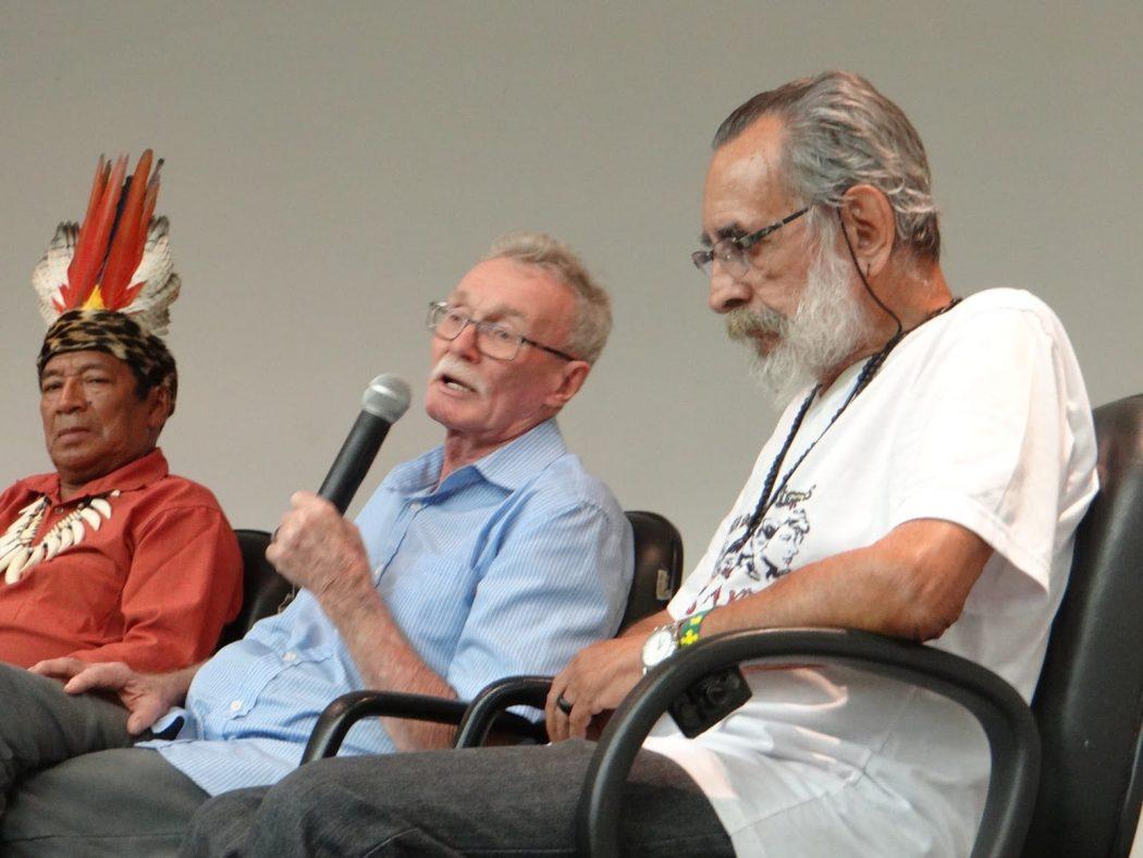 No encontro de 50 anos da Operação Amazônia Nativa (Opan), Thomaz senta-se ao lado de Egydio Schwade, ao microfone. Foto por Egon Heck