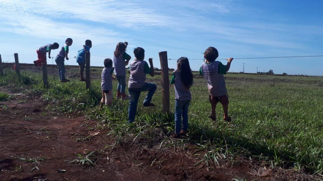 Proximidade de tratores atrai a curiosidade das crianças da aldeia. Foto: comunidade do tekoha Guyraroka