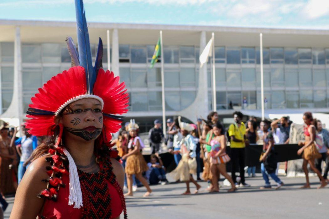 Indígenas em marcha contra os cortes na educação. Foto por Adi Spezia