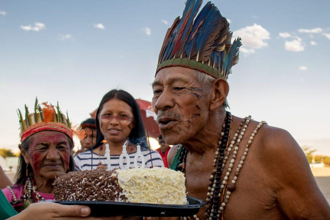 Tito Vilhalva, ancião do tekoha Guyraroka, comemorou cem anos em frente ao STF, em 2019, durante semana de luta pela demarcação de sua terra em Brasília. Foto: Adi Spezia/Cimi