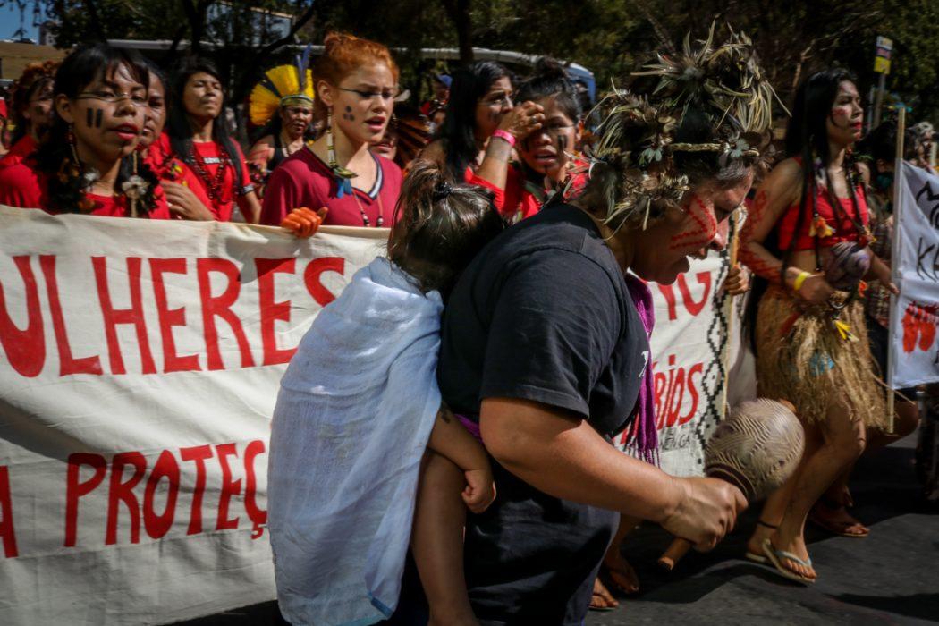 Muitas mães estavam entre as cerca de três mil indígenas que se manifestaram em Brasília, carregando consigo seus filhos e filhas. Foto: Adi Spezia/Cimi