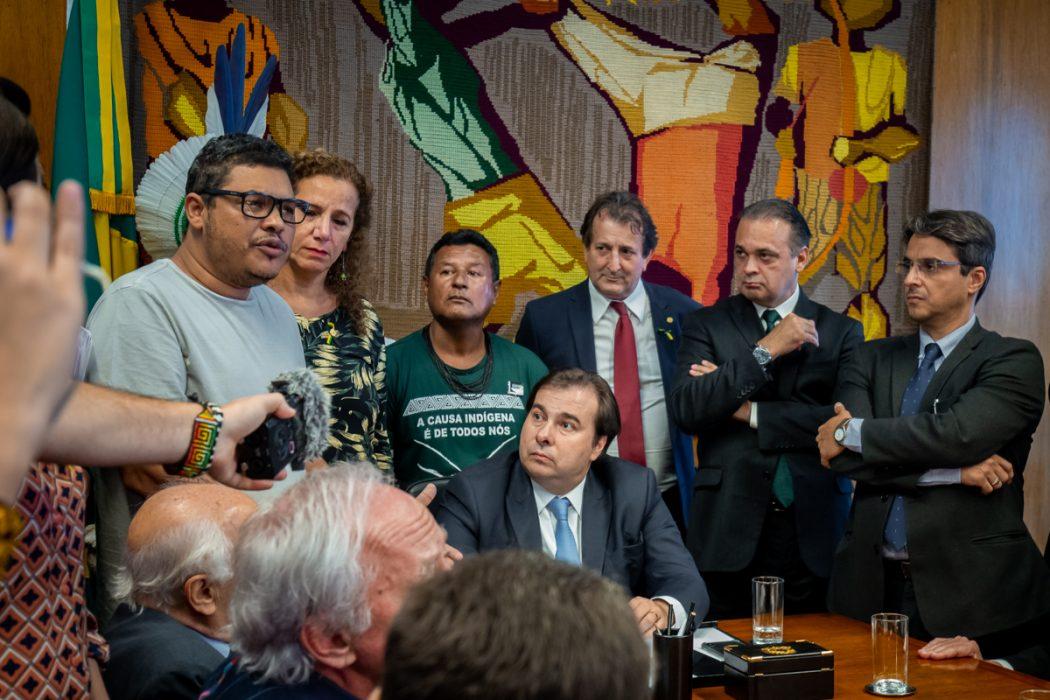 Rogério Xukuru Kariri pede ao presidente da Câmara, Rodrigo Maia, que barre tramitação da PEC 187. Foto: Tiago Miotto/Cimi