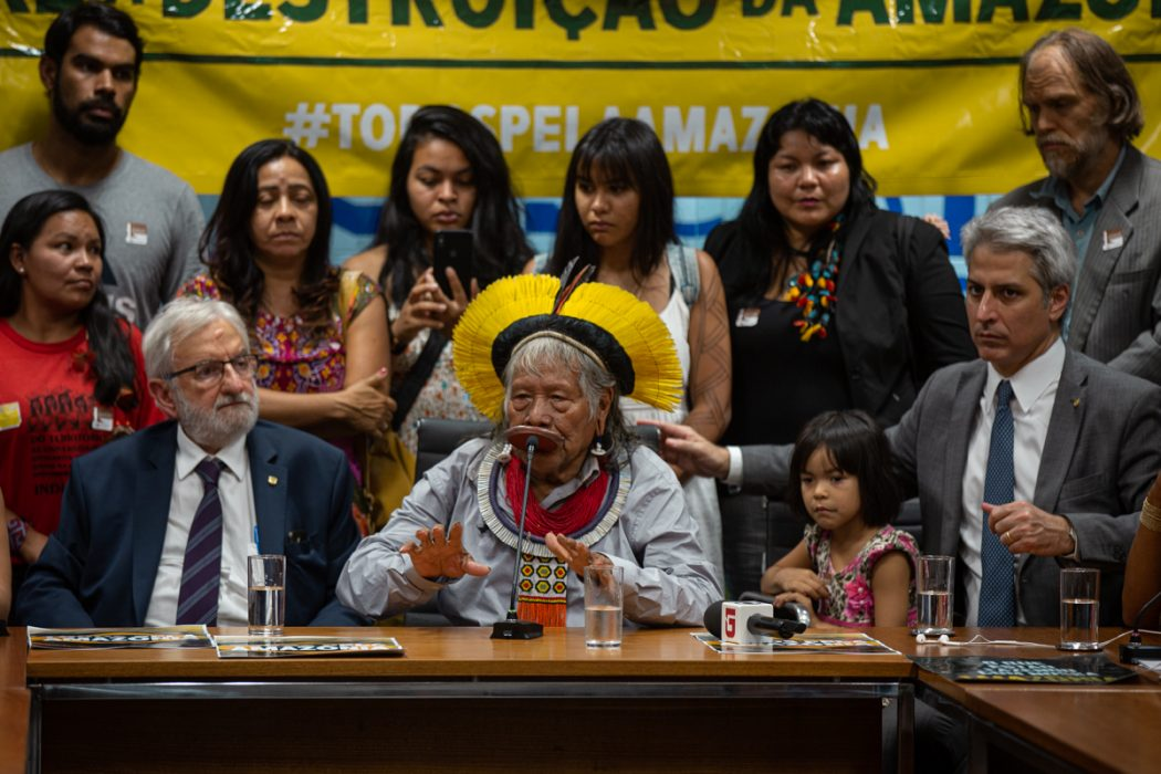 Após coletiva, Raoni participou de reunião do Fórum Permanente em Defesa da Amazônia. Foto: Tiago Miotto/Cimi