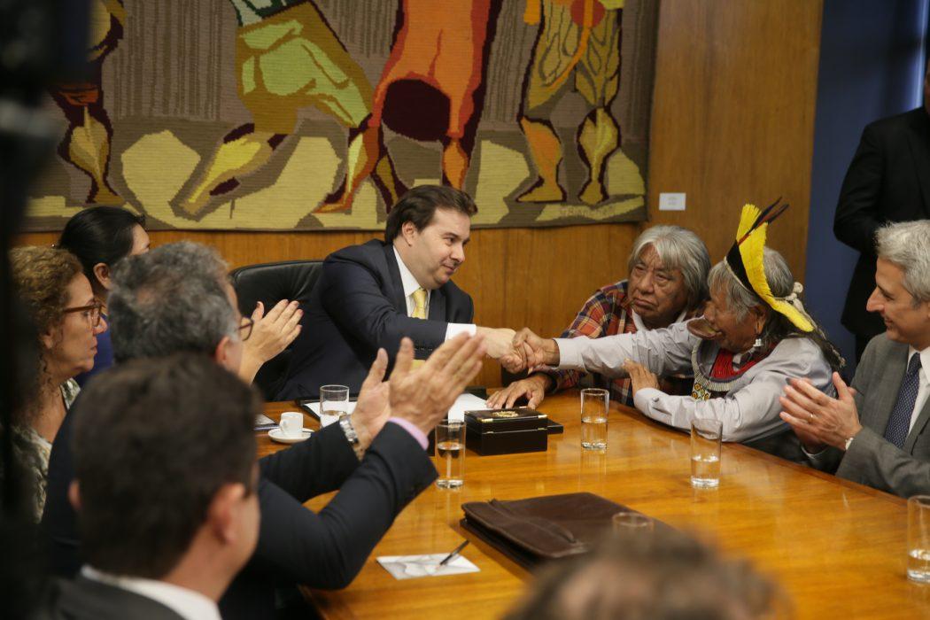 Rodrigo Maia encontra-se com o cacique Raoni na presidência da Câmara. Foto: J. Batista/Câmara dos Deputados