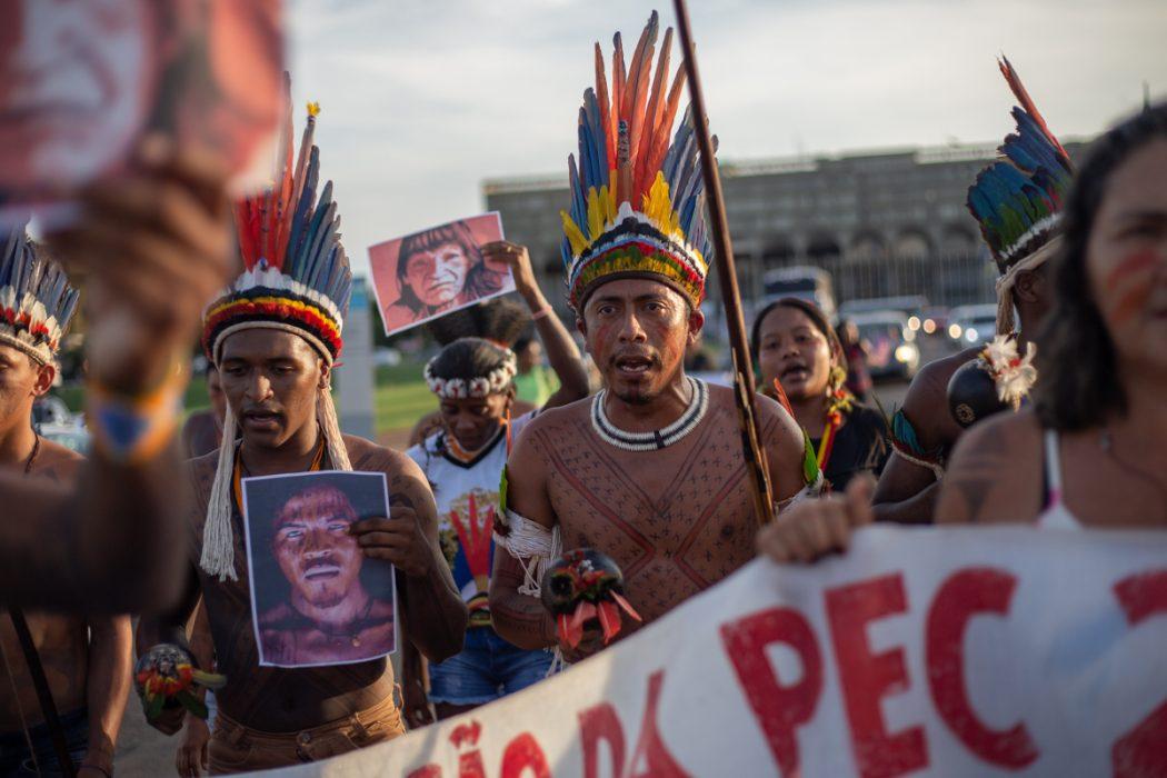 Manifestação de indígenas do Pará e Amapá em Brasília, em 2019, em denúncia às invasões a seus territórios e aos assassinatos de lideranças indígenas como Paulino Guajajara e Emyra Wajãpi. Foto: Tiago Miotto/Cimi
