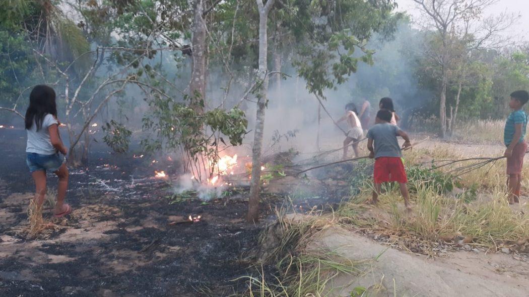 Até crianças Tapirapé contribuíram nas tentativas de controlar os incêndios na TI Urubu Branco. Foto: povo Tapirapé