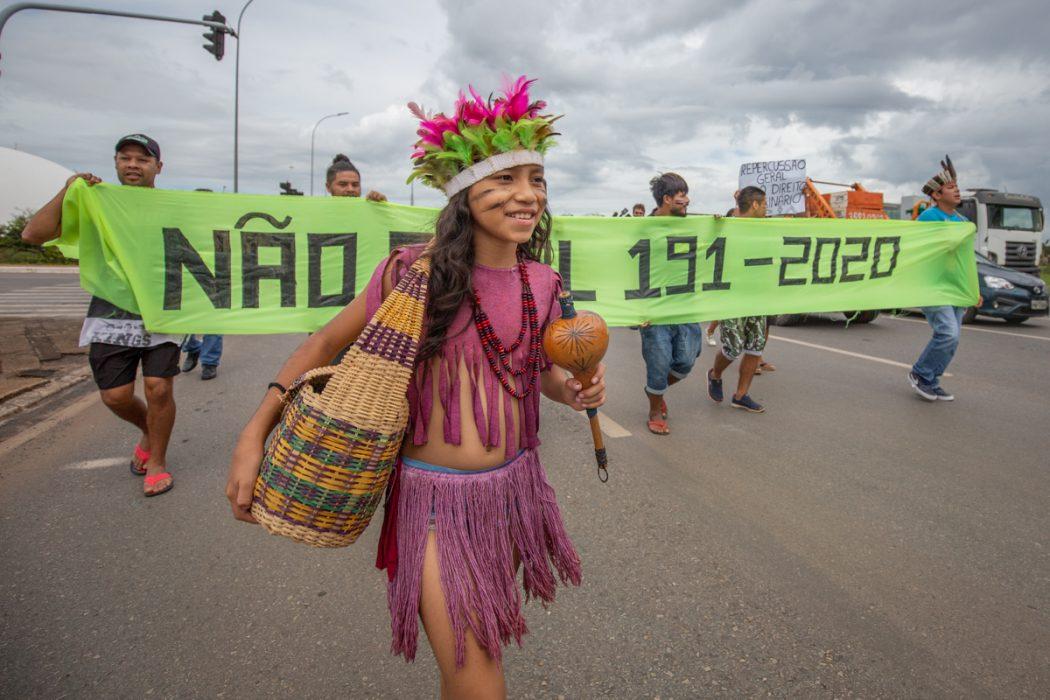 Povos indígenas da região Sul manifestam-se em Brasília contra o PL 191/2020. De autoria do governo Bolsonaro, (PL) 191/2020, o projeto pretende abrir as terras indígenas a mineração, hidrelétricas e outros empreendimentos. Foto: Tiago Miotto/Cimi