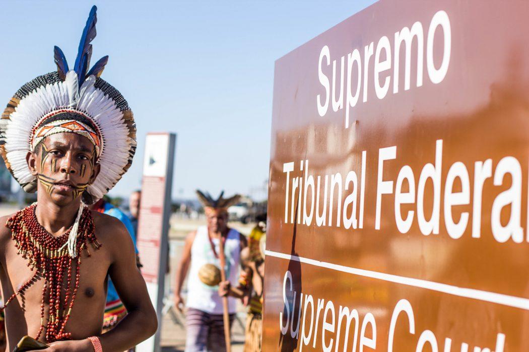 Ato em defesa dos direitos indígenas em frente ao STF em 2017. Foto: Apib