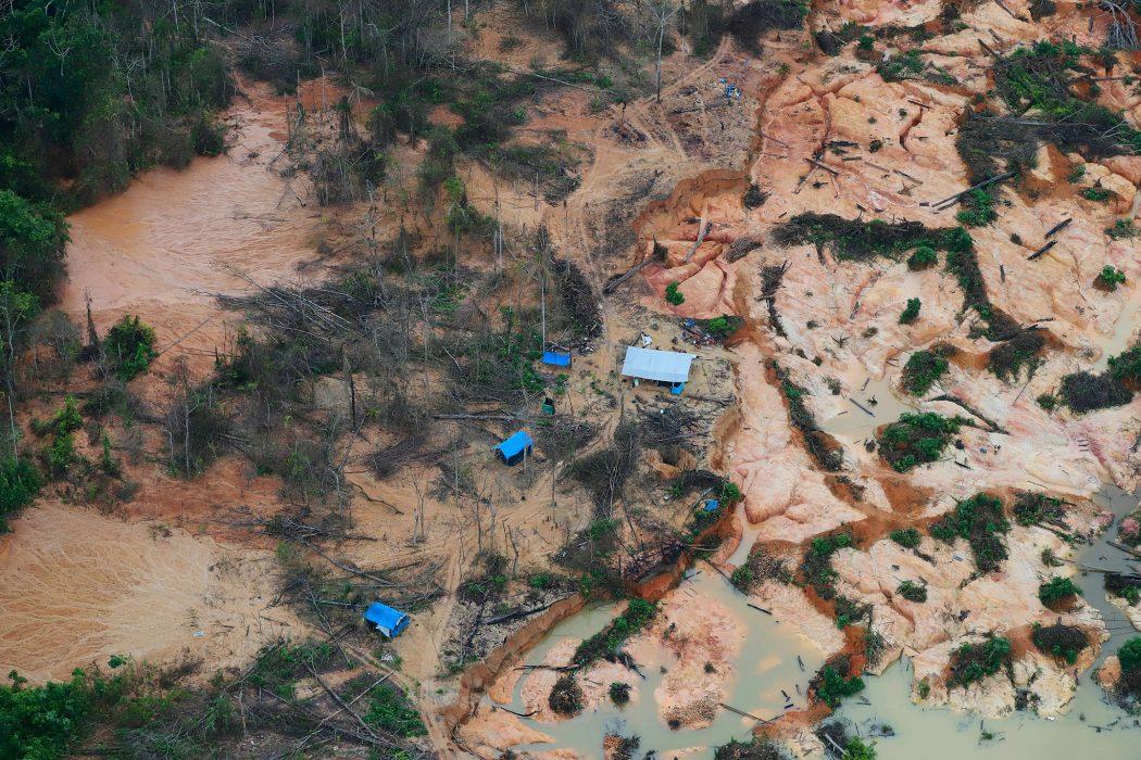 Devastação causada pela invasão de garimpeiros à Terra Indígena Yanomami, em Roraima, registrada em maio de 2020. Foto: Chico Batata/Greenpeace