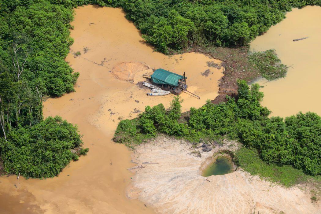 Devastação causada pelo garimpo ilegal na TI Yanomami, em registro de maio de 2020. Foto: Chico Batata/Greenpeace Brasil