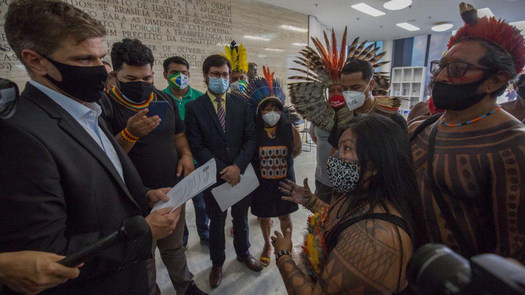 indígenas entregam carta ao asessor especial do presidente do STF, Luiz Fux, pedindo que o caso de repercussão geral seja novamente colocado em pauta. Foto: Tiago Miotto/Cimi