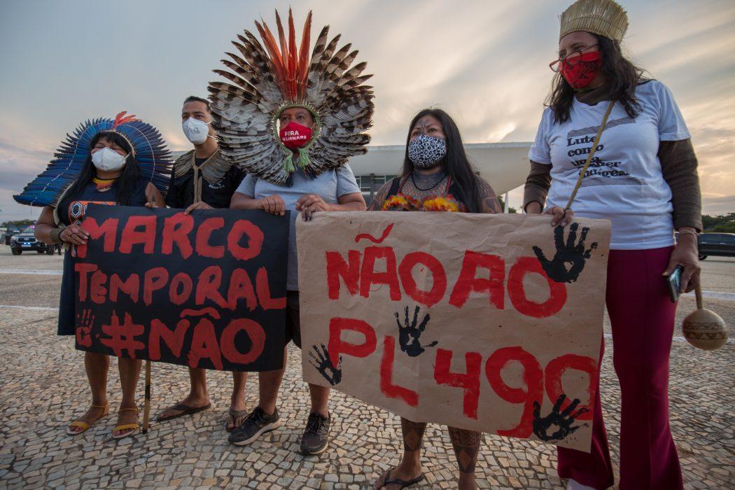 Lideranças indígenas do lado de fora do STF, logo após entregar a carta para o assessor especial do presidente da Corte, Luiz Fux. Foto: Tiago Miotto/Cimi