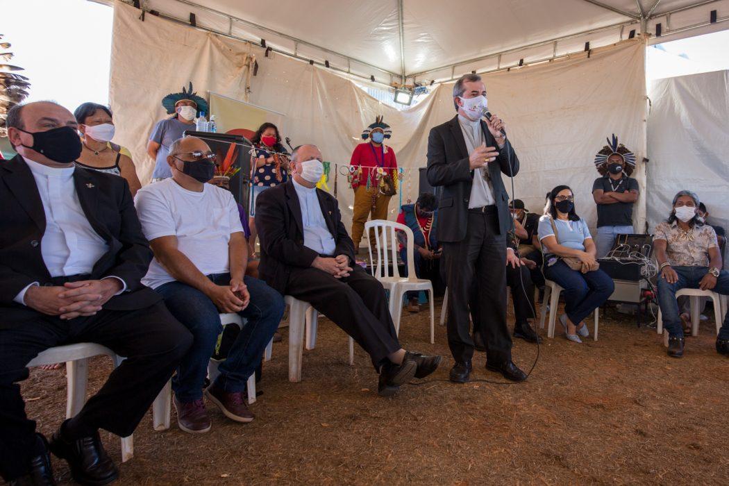 Dom Vicente Ferreira, secretário da Comissão de Ecologia Integral e Mineração da CNBB, manifesta apoio aos povos indígenas no acampamento Levante Pela Terra, em Brasília. Foto: Tiago Miotto/Cimi